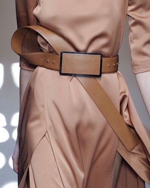 Inspiration is everywhere. Just look at the combination of textures and materials 😍 . . . . #interiorandfashion #luxurymaterials #inspirtaion #moodboard #luxuryinteriordesign #tanleather #leatherbelt #duskyrose