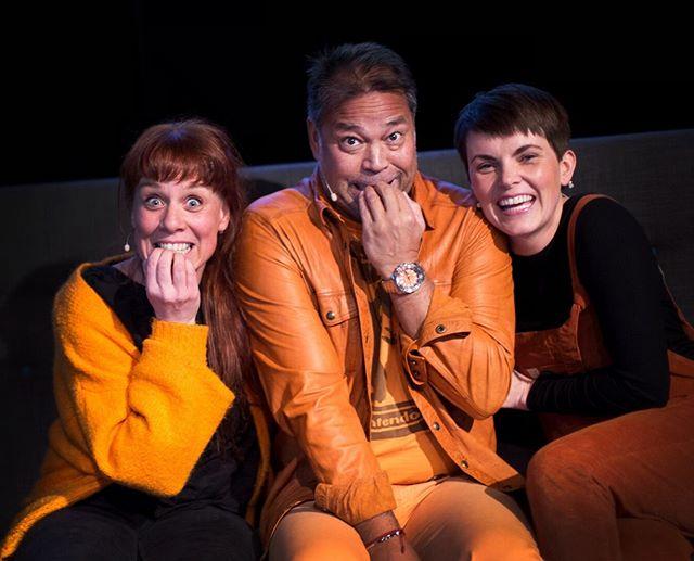 """Den orange banden! Vi var så spente før sofapraten på #unionscene i Drammen på tirsdag. Foran alle våre gode kollegaer fra @norgesfotografforbund . Det gikk så fint og ble en skikkelig fin prat om livet, døden og fotografiets plass i våre hjerter. Praten ble filmet og ligger ute. (vi har lagt link i bioen vår)  @studioandreas er et helt utrolig vakkert menneske som virkelig """"bjudar på"""" og inspirerer så enormt i denne praten. Vel verdt og høre på om du vil få deg et lite kick i hverdagen! Ønsker dere en fantastisk fin helg! God klem fra oss #sofaprat #livetogdøden #kreft #levemedkreft #fotografforbundet #happydays # guorogmonigs #norgesfotografforbund"""