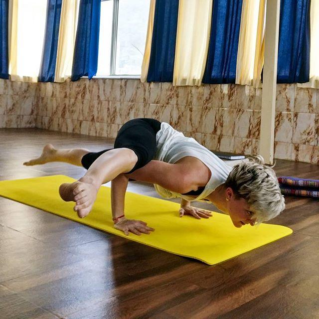 Damit das Mögliche entsteht, muss immer wieder das Unmögliche versucht werden.  Hermann Hesse  Nach geschickter Anleitung und passender Vorbereitung auf diese Position gelang mir Eka Pada Koundinyasana II, auch der fliegende Spagat (#flying splits) genannt, beim aller ersten Versuch!  Damit auch du irgendwann soweit bist, komm doch in meine Yoga Stunden. Gemeinsam üben, spüren und probieren wir das Unmögliche und machen es auf spielenden Art und Weise möglich.  Jeden Montag 17:15-18:45 & 19:00-20:30 im Bewusstsein im Fokus, 1070 Wien Jeden Mittwoch 18:30-20:00 im Mehrzweckraum der FF Tullnerbach, 3013  Weitere Infos: www.einmoment.yoga