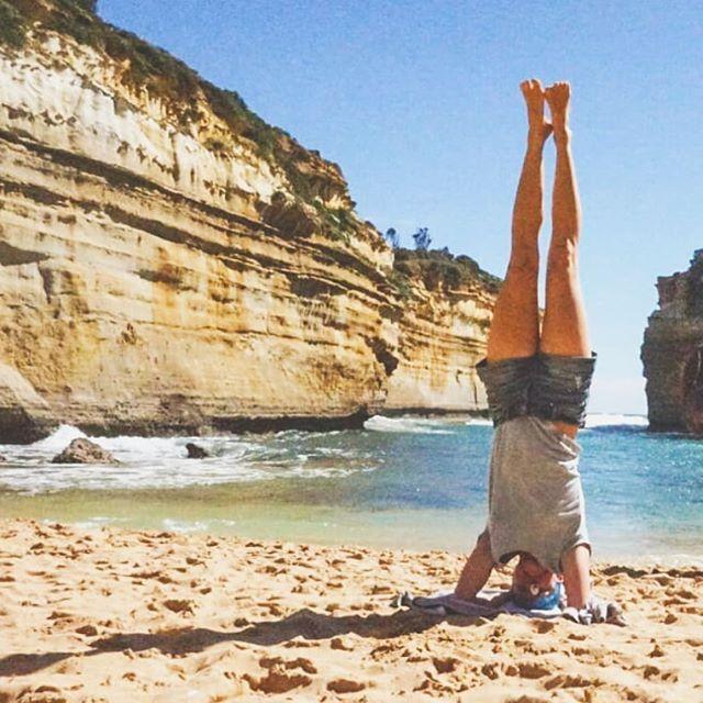 Throwback to Australia!  In den letzten Tagen ist Australien sehr prominent in meinen Gedanken, es ist der Ort an dem ich mich entschieden habe Yogalehrerin zu werden und mein ganzes Leben zu verändern. Die Menschen und Freundschaften, die Natur, Strände und Landschaften, so vieles lässt mich zurück denken und zieht mich in die Ferne und doch bin ich unglaublich froh zurück in Österreich zu sein.  Australien hat mich geprägt und mir gezeigt wie wild und gleichzeitig unbeschwert das Leben sein kann. Diese Kombination aus Leichtigkeit und Kraft verbindet mich zurück zu diesem Land und ist ein wichtiges Konzept, das ich auch in meinen Yogastunden zu vermitteln versuche.  Wer noch nie in Australien war - packt eure Sachen und fliegt! Auf auf in dieses Land voller roher Schönheit, ewigen Stränden und einer Offenheit die ich sonst nirgends erlebt habe ❤️ Ort: Loche Ard Gorge, Great Ocean Road, Victoria