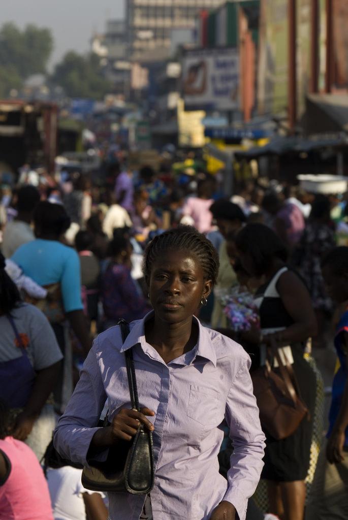 Woman walking in city. Ghana.    Source   : Arne Hoel / World Bank via Flickr