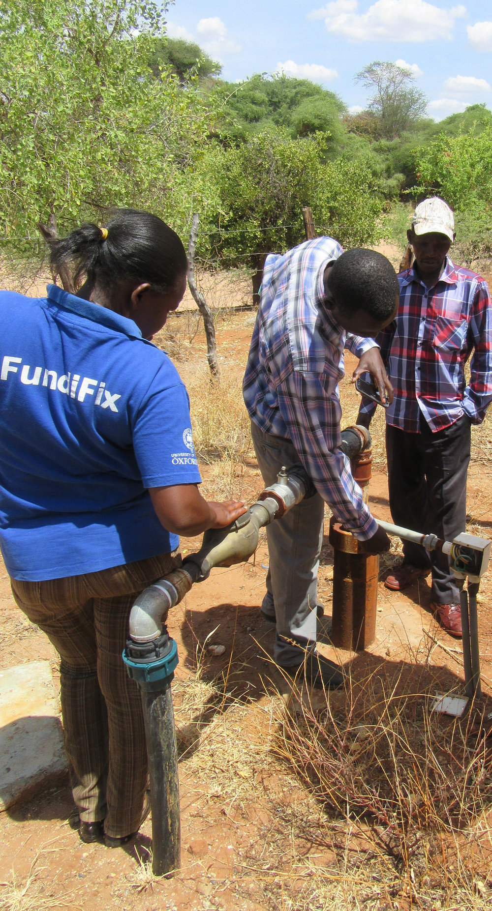 A Smart Handpump is checked in Kitui County, Kenya by a FundiFix mechanic.    Source   : Rob Hope / REACH via Flickr