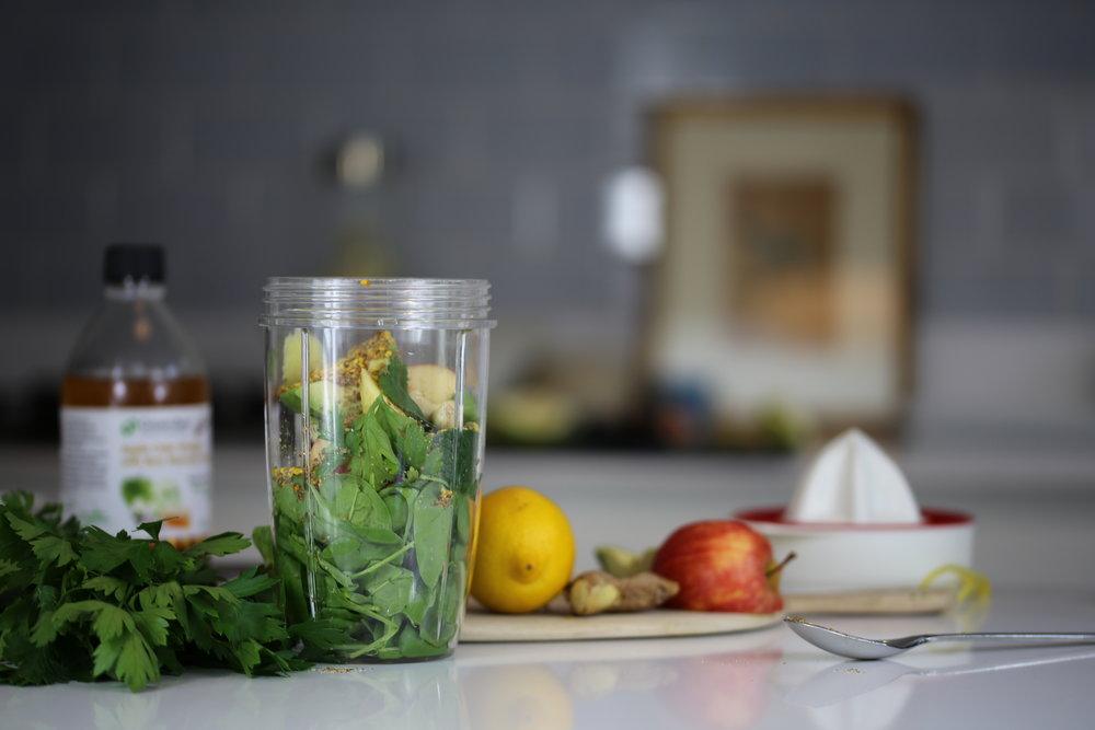 Ernæringsterapi - «La din mat være din medisin og medisin være din mat.Funksjonell medisinsk ernæringsterapi ser på årsakssammenhengen mellom symptomer og kroppens organsystemer, med hovedfokus på næringsstoffer og kosthold. Vår ernæringsterapeut, Mari, kan hjelpe deg meg å identifisere triggere for symptomer, hjelpe deg med å finne en behandlingsform som passer for deg og coache deg i gjennom prosessen.