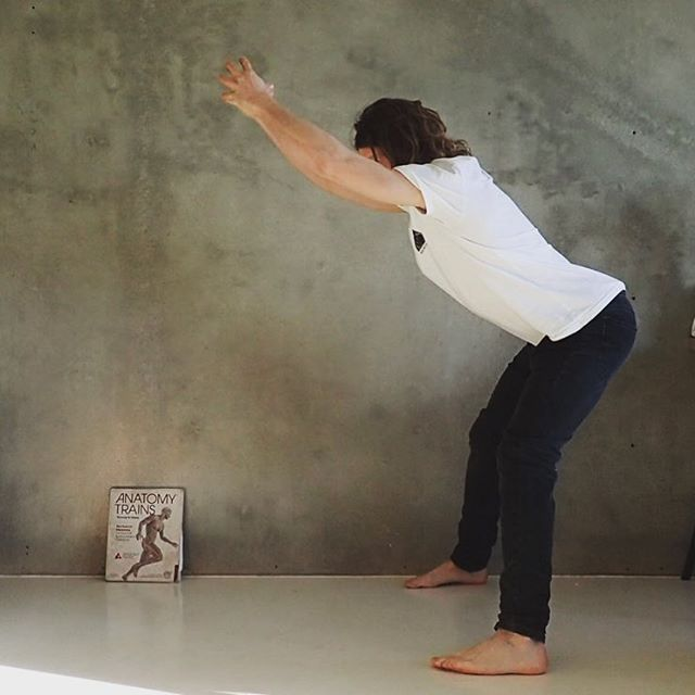 To hinge the hip under tension is not as easy as it looks. When your hip hinges, everything else in the body rearrange to maintain structure and order. Holding tension like this makes every cell work hard in order to find the way back to functionality.  So grateful 🙏 for the map @anatomytrainsofficial, the movement @foundationtraining —- Weekly classes in Oslo area (Grünerløkka & Høvik) Monday,Tuesday,Wednesday and Thursday.  PM for more info times and availability. — . . #thefounder #foundationtraining #snolykkan #oslo #hovik #oslove #visitløkka @hovikpark @lhovno @oslo @cchange_global @jlindebergnorway @jlindebergsport