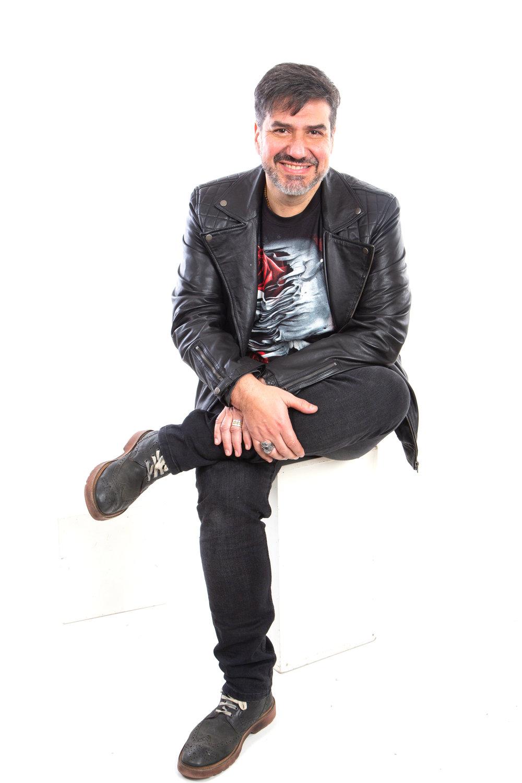 Jaime Coloma Tirapegui Director de Comunicaciones   Diseñador Teatral y Licenciado en Estética, con vasta experiencia en televisión, radio y crítica del arte. Profesor de Apreciación del Arte y Entrenamiento Técnico, Antropología Cultural e Historia y Estética del Diseño. El Sr. Coloma tiene una extensa carrera en comunicaciones y es profesor en la Universidad de Chile, la Universidad del Pacífico, la Universidad Mayor y DUOC UC en esta materia. Además, el Sr. Coloma es uno de los comunicadores más conocidos y respetados de Chile. Actualmente, colabora como columnista en El Desconcierto y es presentador del programa #NoSomosNada.   jaime.coloma@lareshub.com