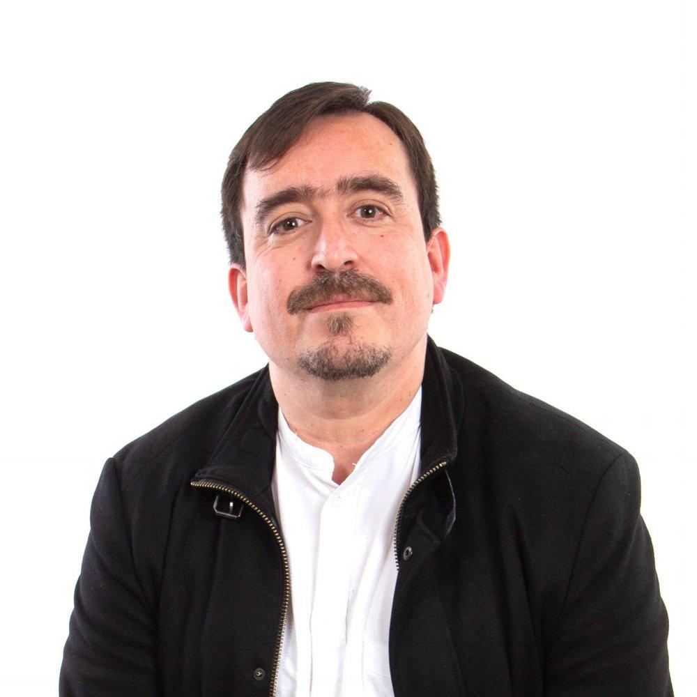 Alvaro Ramírez-Alujas Director de Asuntos Públicos   Administrador público y licenciado en ciencias políticas, con especialización en políticas públicas. Doctor (c) en Ciencia Política y de la Administración, y Relaciones Internacionales, Universidad Complutense de Madrid, Maestría en Gobierno y Administración Pública, Instituto Universitario de Investigación Ortega y Gasset y Magíster en Gestión y Políticas Públicas, Universidad de Chile. El Sr. Ramírez-Alujas es fundador e investigador principal de GIGAPP, Grupo de Investigación en Gobierno, Administración y Políticas Públicas, profesor de la Universidad de Chile y Director académico del Diplomado en Gobierno Abierto e Innovación en el Sector Público Público. También es Presidente y miembro del directorio de la Fundación Multitudes y es el actual Coordinador de la Red Académica de Gobierno Abierto (RAGA) en Chile. Ha sido asesor de organismos multilaterales tales como ONU, BID, CEPAL, OEA y CLAD, entre otros, y diversos gobiernos de América Latina en materia de reforma del Estado, modernización de la gestión pública, innovación y gobierno abierto.   alvaro.ramirezalujas@lareshub.com