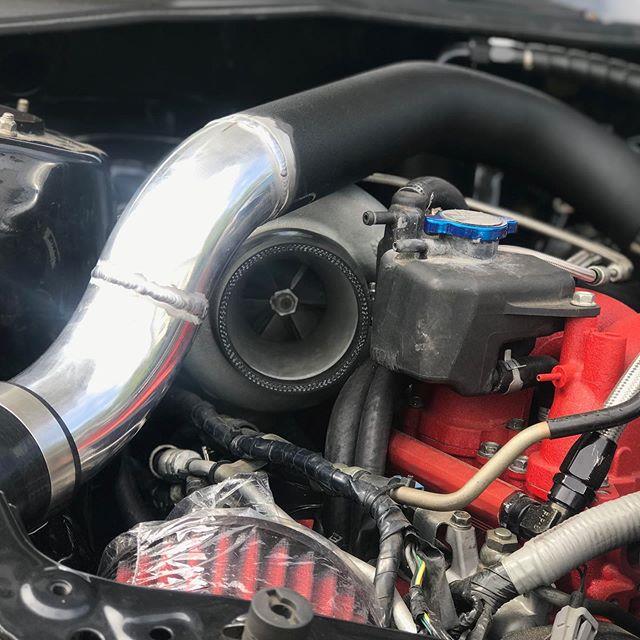Modified an FMIC setup to allow for this rotated turbo setup. Swipe to see the intake in place! Notice we did our best to hide all fittings and the maf sensor?  #subaru #subie #subi #wrx #sti #toyota #1jz #supra #custom #bdrfab #nissan #lowered #fullrace #racecar #subieflow #subie001 #eatsleepsubaru #norcalsubies #mishimoto #teammishi #borgwarner #turbosmart #turbo #boosted #aluminum #welded #tig