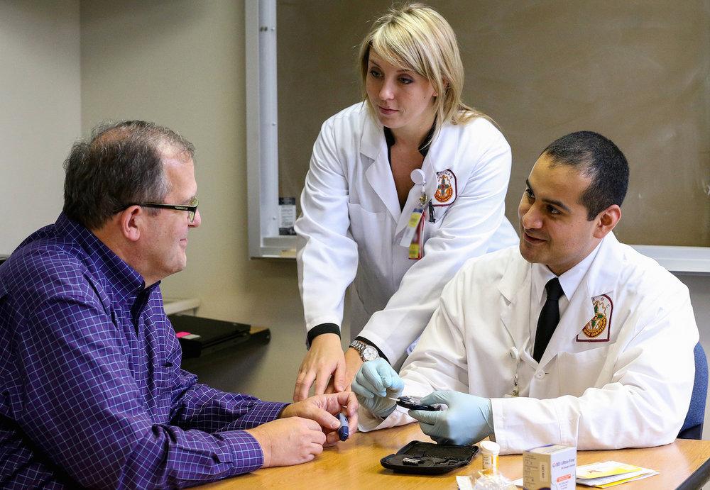 Doente-com-médicos.jpg