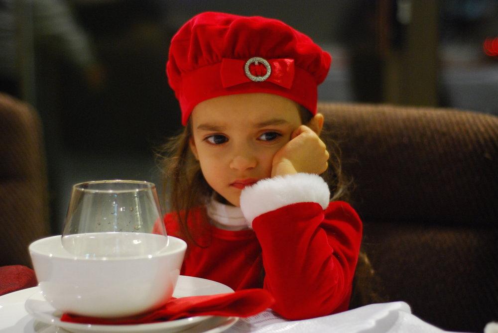 Menina-à-mesa-de-Natal.jpg