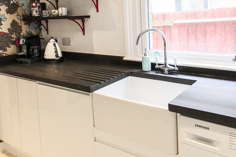 Howdens-gloss-white-modern-units-with-belfast-sink