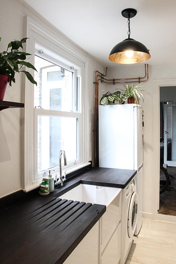 Modern-gloss-white-kitchen-units-with-belfast-sink