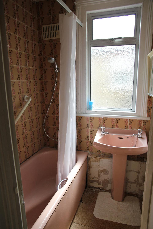 Pink-1950-mouldy-bathroom