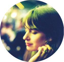 Émilie - Illustratrice Slow datingCréative belge de talent, graphiste, designer textile, illustratrice, fan de PNL assumée, Emilie dessine à chaque numéro les caractères et pose l'ampbiance de la rubrique slow dating et nous emmène dans son univers bien à elle, empreint de douceur, de poésie, un brin réveur et mythologique, souvent féminin (féministe ?).