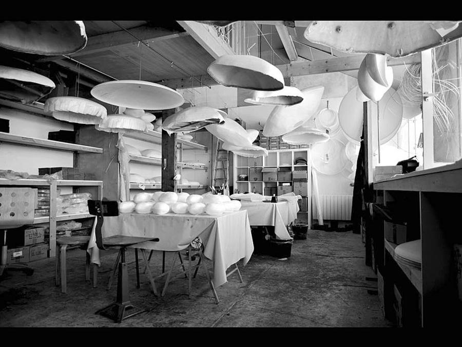 L'atelier de Céline Wright, artiste-artisan- designer. Moulée et structurée à la main, la suspension cocon peut se composer de plus de 2000 bandelettes de papier patiemment collées au pinceau. Sa réalisation peut prendre jusqu'à 4 jours de travail, « l'éloge du temps apaise nos rythmes de consommation effrénée », souligne    Céline Wright   .