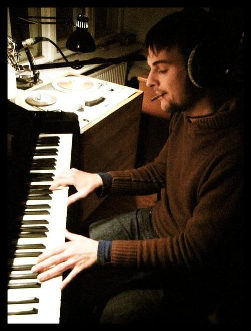 Nils Frahm   , pianiste très créatif et multi-instrumentiste, en plein travail