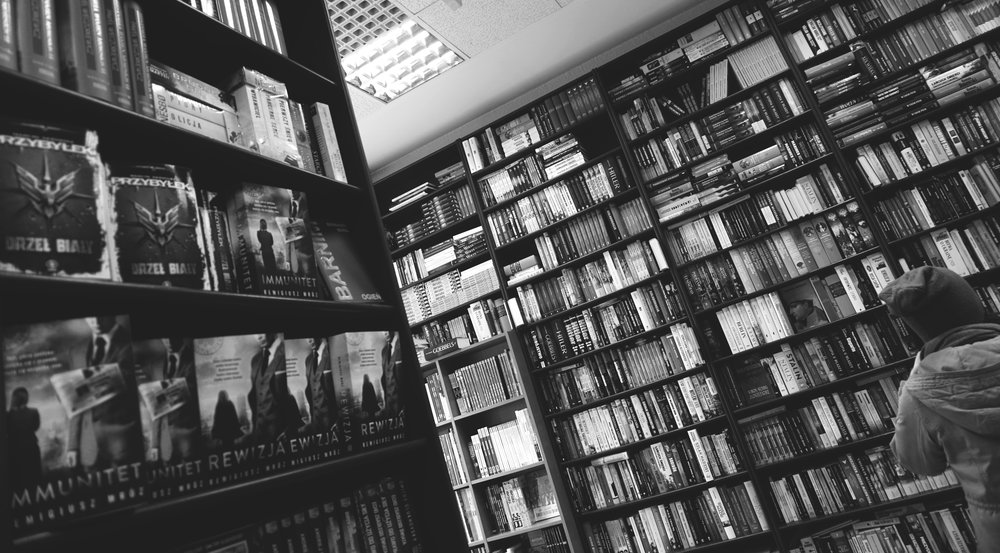 black-and-white-bookcase-books-333304.jpg