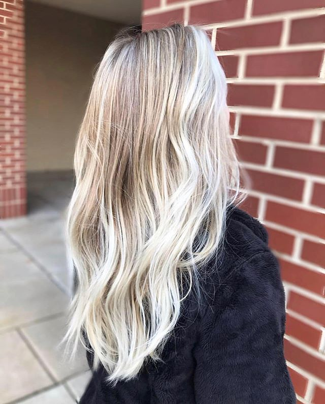 Bright blond for the win 🧝🏻♀️ by @olivia.moxieblue . . . #moxiebabes #moxiebluesalon #goldwell #goldwellapprovedus #hairgoals #blond #blondehair #hairgoals #behindthechair #modernsalon #bangstyle #bestofphilly #phillybesthair #phillyhair #phillyhaircraft #balayage #haircolor #hairpainting