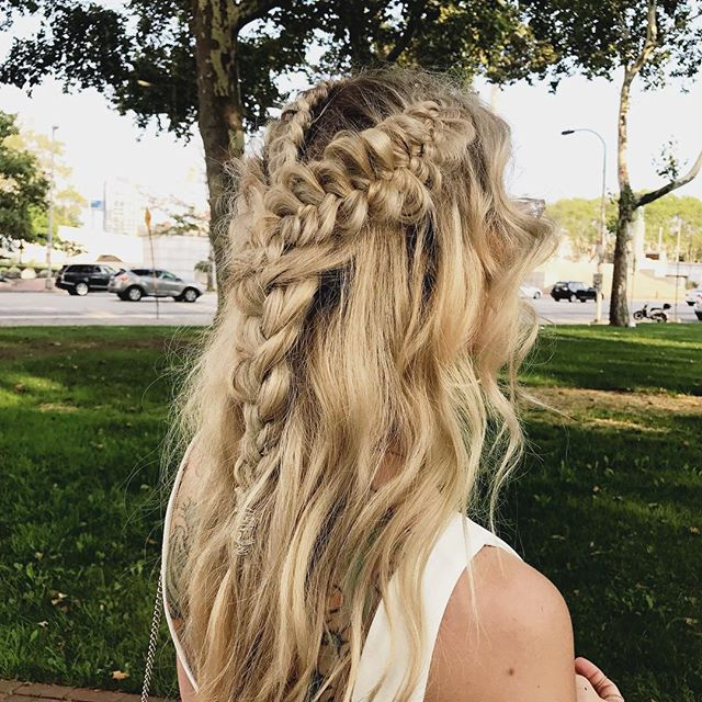Braid inspo for Game of Thrones Premiere! 🧝🏻‍♀️ Who will take the throne?  Which house would you be in?  Hair By @corinne.moxie . . . #moxiebabes #moxiebluesalon #gameofthrones #braids #braidinghair #got #boho #hairgoals #khaleesi #daenerystargaryen #oldcityphilly #phillybesthair #bestofphilly #phillyhaircraft #pbhpic #goldwell #goldwellapprovedus #hairtalkextensions #blond #hairbrained #bangstyle #beyondtheponytail