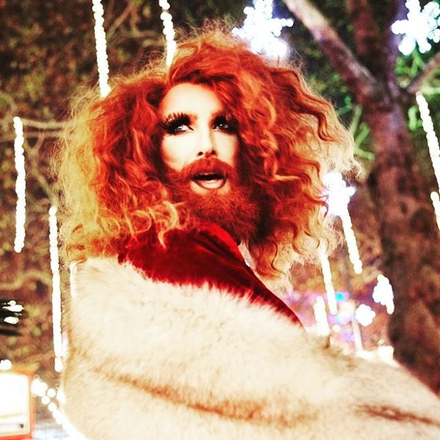 "Hands up who remembers last Christmas?  Feels an age away right? . However it's still lingering in our memories as we had the chance to see the amazing @gingzilla_vs @leicestersqxmas with her show ""Gingerbread Haus"" and we ♥️♥️♥️ it!!!! Review over on our blog..link in bio...you know what to do...😍"