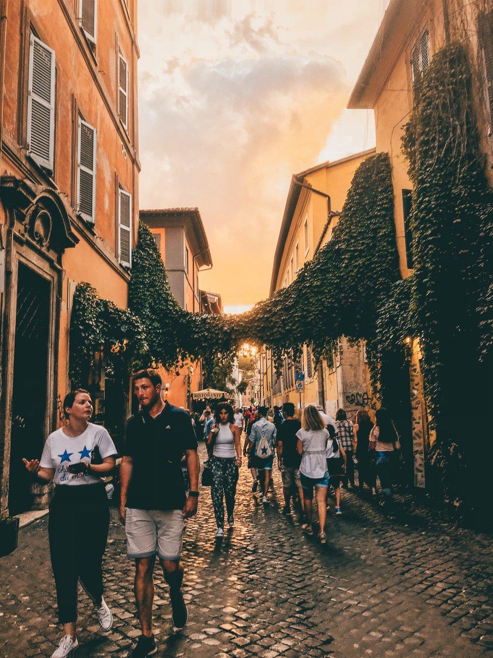 An evening stroll through the bohemian neighbourhood of Trastevere