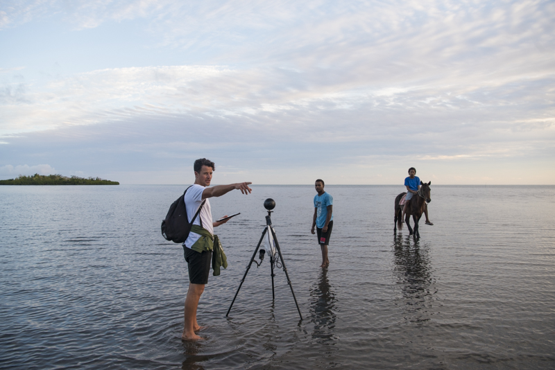 Production of VR climate change film in Vunisavisavi. (Alana Holmberg / World Bank)