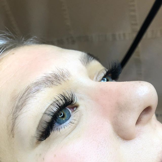 Hey lash babes! The holidays🎄 are almost here, be sure to schedule your lash appointment in advance & beat the crowd! • • • Blessed lashes by @livelovelashnbrow 💕💕
