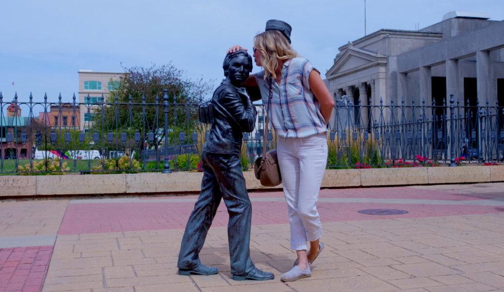 kiss-statue-1024x593.jpg