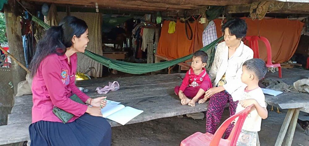 អ្នកគ្រូ នួន សារែន គ្រូមតេ្តយ្យសិក្សាសហគមន៌ភូមិ ដើមចម្រៀក Teacher Noun Saren at the house of a villager in Demchamreak Village. Damnak Chambak.