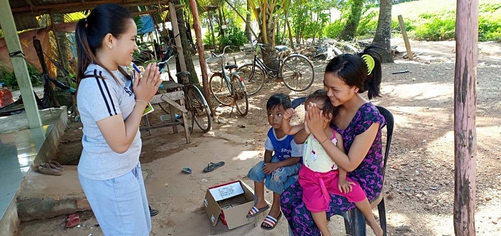 អ្នកគ្រូ ទុន សុភ័ក្ត គ្រូមតេ្តយ្យសិក្សាសហគមន៌ភូមិថ្កូវ Teacher Tun Sopheak at the house of villager in Tkov Village.