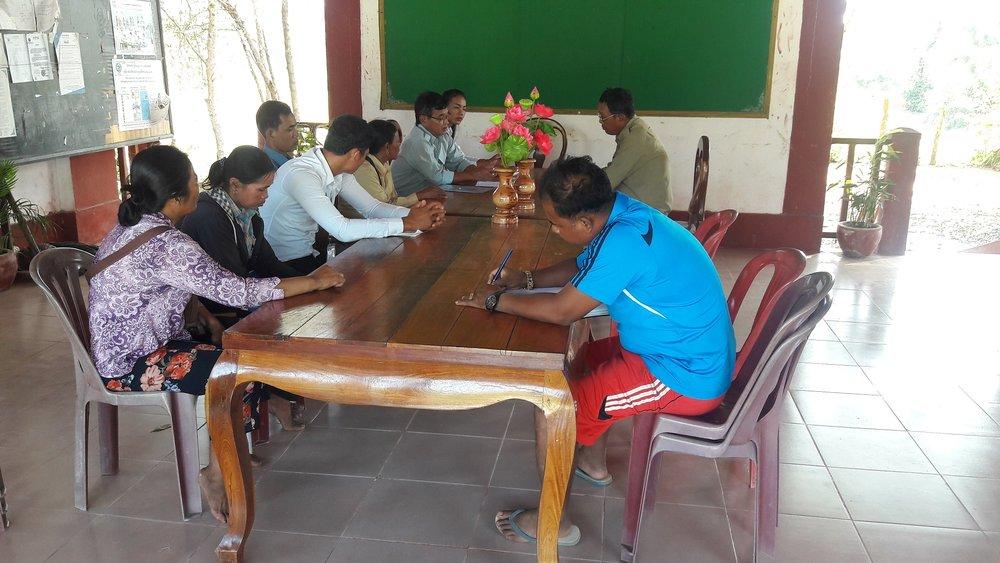 រូបថត៖ ក្រុមការងាររបស់អង្គការមូលនិធិទ្រទ្រង់កុមារកម្ពុជា ប្រជុំជាមួយស្មៀន និង ជំទប់ទី ១ ឃុំពំាងល្វា  Photo: CCAFO Team join meeting with Peang Lvea Commune Council Committee