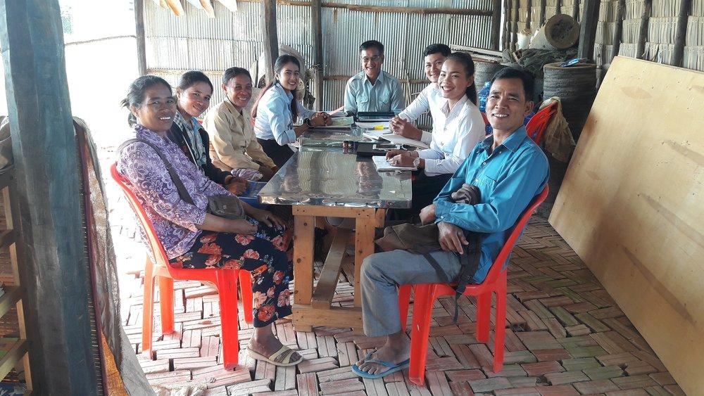 រូបថត៖ កិច្ចប្រជុំណែរនាំសមាជិកថ្មីក្នុងក្រុមការងារអង្គការនៅមជ្ឈមណ្ឌលភាសាអង់គ្លេស ខេត្តកំពង់ស្ពឺ  Photo: New team members introduction meeting (at the English Language Center, Kampong Speu Province).