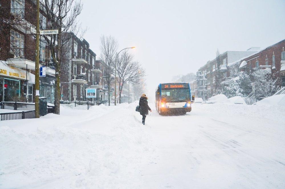 hiver - Bus et métro : la ville a un assez grand réseau de transport. Compte 3.25$/trajet et 85$/mois. Tu peux également acheter une carte Opus à 6$ et la recharger avec des titres de transports dans des bornes automatiques.Télécharge STM (le réseau du métro montréalais) pour connaître l'horaire des transports en temps réel !
