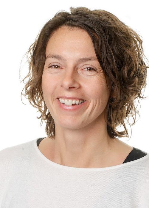 Britt Korsgaard er teamleder for TeamUBUNTU-linjen. Har man spørgsmål eller brug for yderligere information vedrørende linjen, kan man rette henvendelse på  bk@skovboefterskole.dk .
