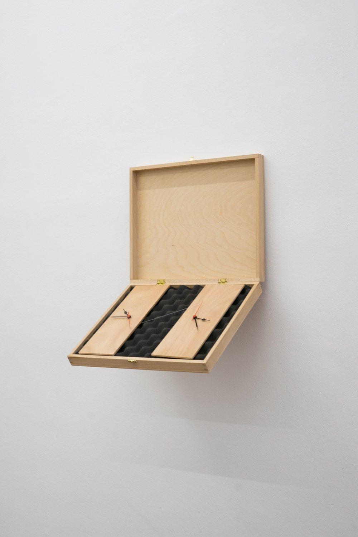 Deux ans de solitude, (H x L x l) : 41cm x 33cm x 50cm Horloges mécaniques, bois, mousse acoustique 2016