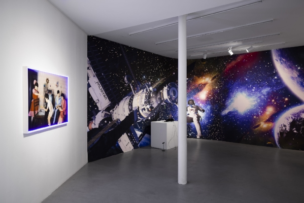 Halil Altindere, Space Refugee, Journey to Mars, 2016, 360° VR video, 5:10 min. With Sony PS4 Player & Sony VR 360 With Space Wallpaper. Installation view, dimensions variable (3.60 x 12 m)  © Halil Altindere, courtesy Galerie Paris-Beijing and Pilot Gallery