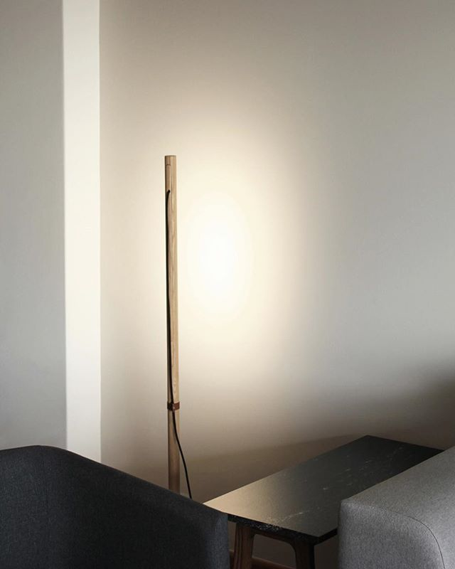 Nani light is thought to give a warm atmosphere to your space, you could have it next to your sofa or lounge chair, thanks to light that spread towards the wall and not directly!  _  Available with Solid oak & black finish  For prices please send an email to info@jose-bermudez.com _  #nani #studio #minimalism #minimal #lamp #wood #cable #design #lamp #light #wood #oak #bermudez #furnituredesign #inspiration #palette #interior #interiordesign #interiors #color #warm #walls #madera #encino #materials #purity #furnituredesign #furniture #joinery #encino #material #floorlamp #architecture #scandinaviandesign