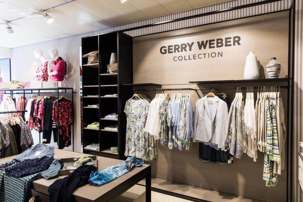 Gerry Weber - Mit der Mode von Gerry Weber erhalten Sie zu jedem Anlass einen stilvollen und eleganten Look. Eine lockere Bluse, kombiniert mit einem taillierten Blazer fürs Büro, leichte Kleider für den Sommer und schicke Shirts und Strickmode für den Alltag –die Kollektion bietet Frauen mit elegantem Kleidungsstil ein großes Angebot an Outfits für jeden Anlass. Stöbern Sie in unserem Sortiment und lassen Sie sich gerne von unseren Mitarbeitern beraten, damit Sie das für Sie passende Outfit finden.