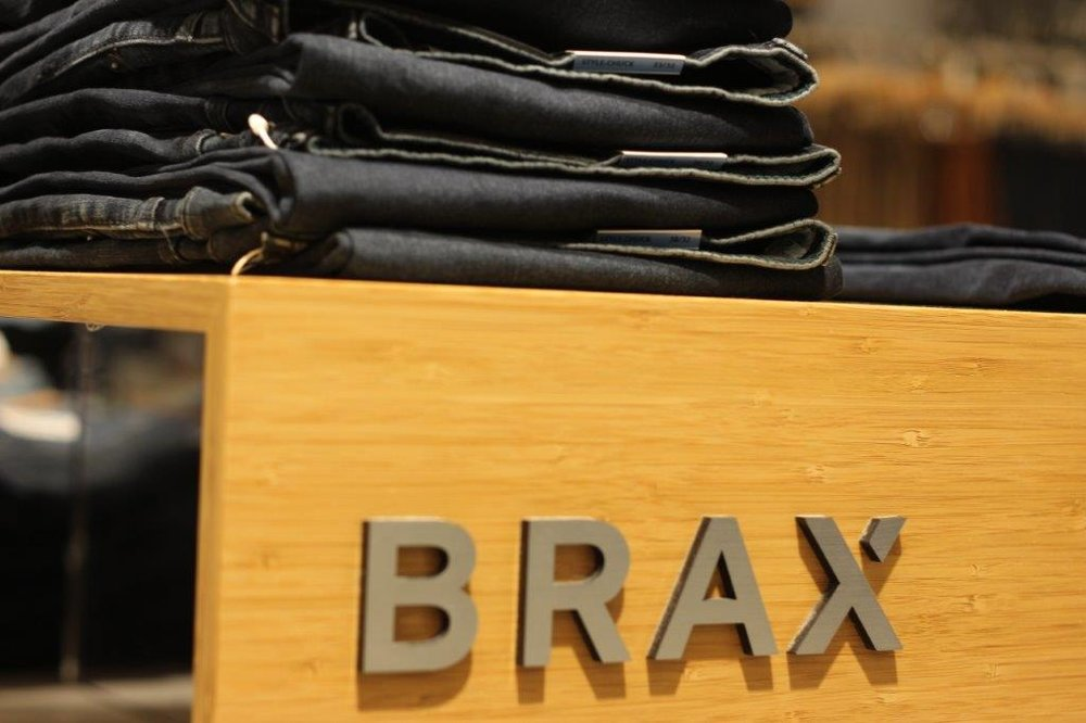 Brax - Moderne Jeans und Chinos bietet ihnen Brax. In den Kollektionen finden Sie stets die aktuellen Modetrends für Herren.