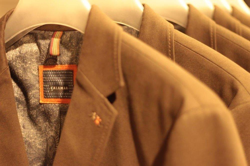 Calamar - Den Citylook Hamburgs trägt Calamar in die Welt hinaus. In der Kollektion finden Sie klassische und moderne Sakkos als auch moderne Jacken für alle Jahreszeiten. Unkompliziert und straight ist die Mode und so hält sich auch das Unternehmen an sein Fachgebiet: Schicke Sakkos, funktionale Jacken und Westen, ergänzt durch Shirts und Hemden für lockere und festliche Anlässe. Mit der Kleidung von Calamar stellen Sie Ihren Mode-Geschmack unter Beweis!