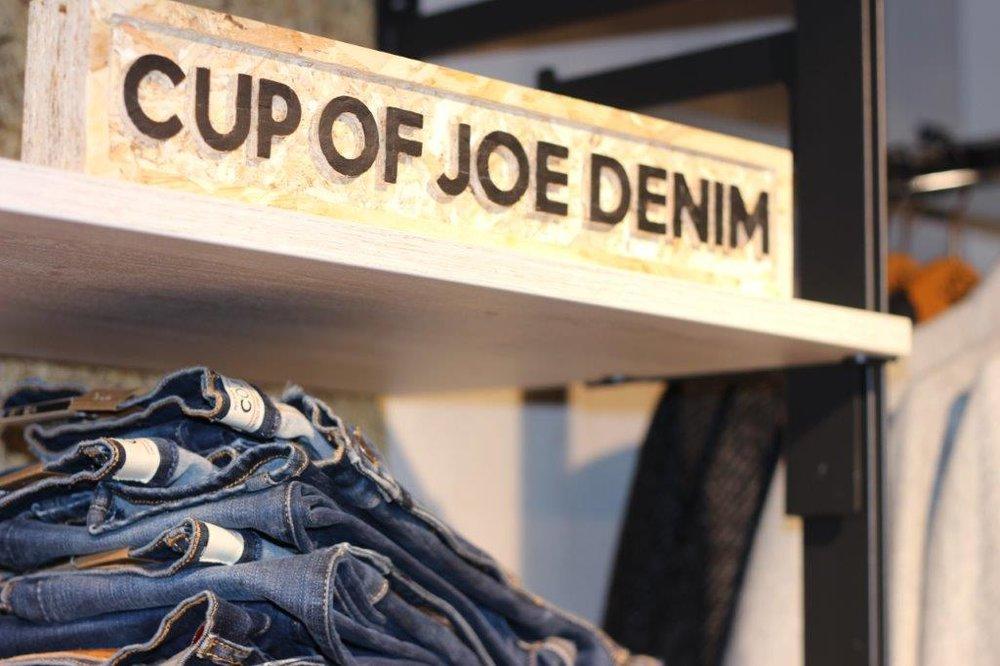 Cup of Joe Denim - Blaue Jeans ist zeitlos: Das zeigt COJ – Cup of Joe – Denim. Die Philosophie des Unternehmens ist es, es einfach zu halten. Ihre Jeans-Hosen gibt es von Super Skinny bis Straight, von lang bis kurz, von Low Waist bis High Waist. So ist für jeden Geschmack, für jede Figur die richtige Hose dabei. Vielleicht wird die COJ Jeans ja Ihre neue Lieblingsjeans?