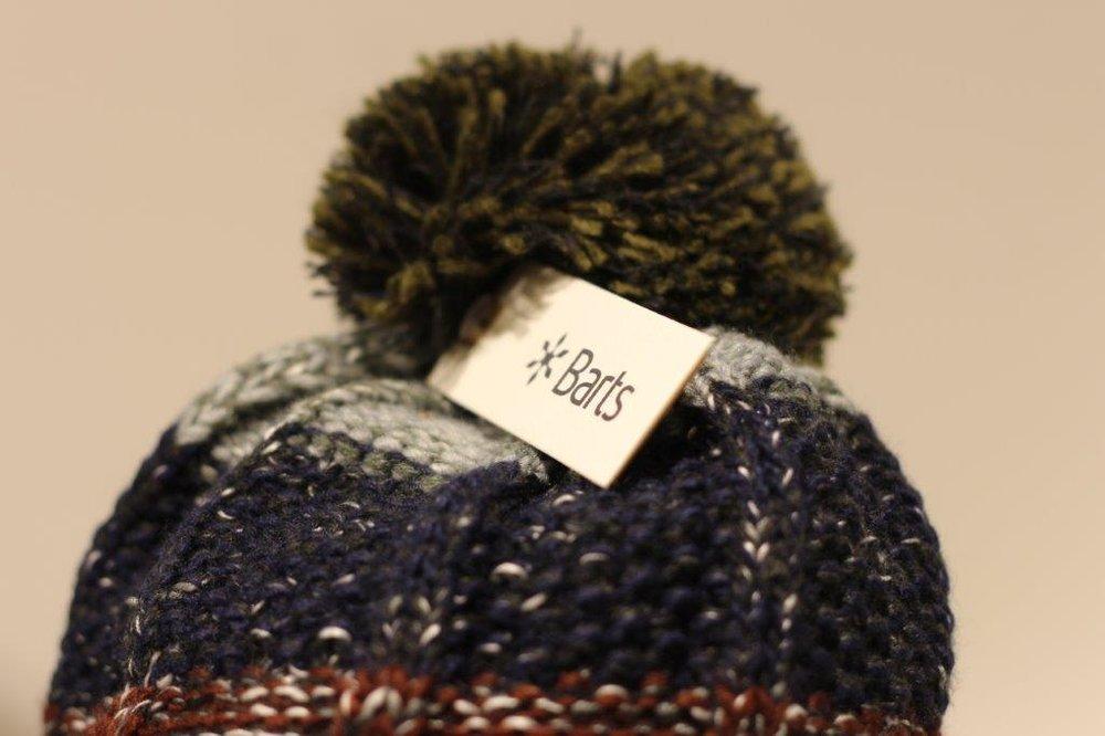 Barts - Wärmende Mützen, Handschuhe und Schals für den Winter, Caps und luftige Tücher für den Sommer – Barts bietet Ihnen nicht nur praktische, sondern auch stylische Accessoires zu Ihrem Outfit. Stöbern Sie in dem Sortiment von Beanies in verschiedenen Farben und Designs, entdecken Sie die Männer-Armbänder, die sich gut mit vielen Outfits kombinieren lassen, und probieren Sie die vielfältigen Caps aus – auch für Sie ist mit Sicherheit die passende dabei. Unsere Mitarbeiter beraten Sie gerne!
