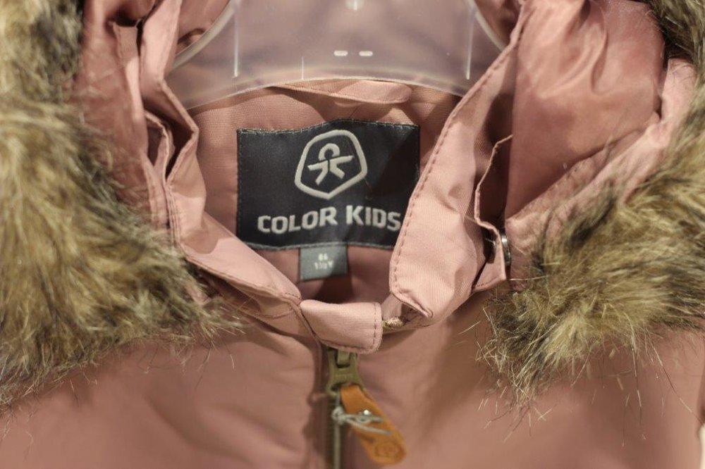 """Color Kids - Mit der Mode von Color Kids können Ihre Kinder bei jedem Wetter draußen spielen. Wasserabweisende Jacken und kuschelige Pullover halten Ihre Schützlinge warm und trocken. Das verdankt die Marke ihrer Herkunft: An ihrem Standort im Norden Dänemarks sind die Entwickler und Kreativköpfe von Color Kids an eisige Winde und tagelangen Regen gewöhnt. Davon lassen sie sich inspirieren: Getreu dem Motto """"Es gibt kein schlechtes Wetter, nur falsche Kleidung"""" entwerfen sie Mode für jedes Wetter. Outfits zum Spielen im Sandkasten, zum Pfützen-Hüpfen, für das Kinderzimmer oder den Badeurlaub: Color Kids bietet farbenfrohe und wetterfeste Kindermode."""