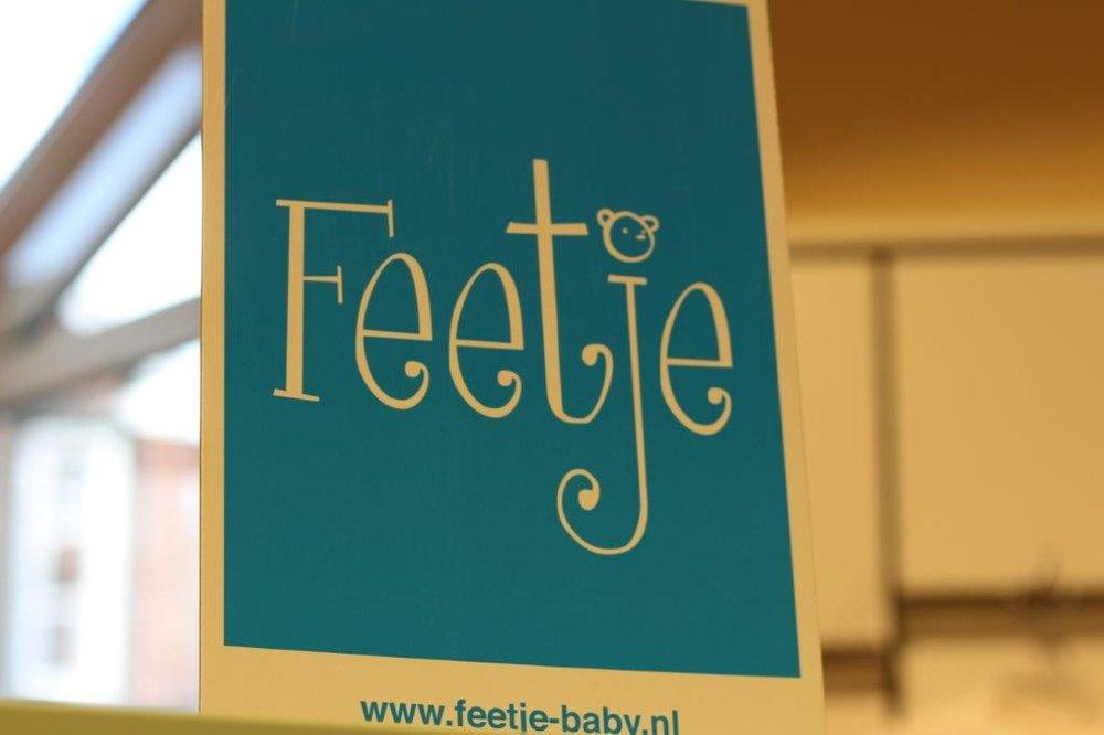 Feetje - In den ersten Monaten sind Babys vollkommen auf die Hilfe ihrer Eltern angewiesen. Sie können nicht sagen, wenn ihnen zu kalt oder zu warm ist. Umso wichtiger ist es, dass sie in hochwertiger Babykleidung vor dem Wetter geschützt werden. Feetje bringt Hosen, Babyanzüge, Jacken, Shirts und Kleidchen in den Größen 44 bis 86 auf den Markt. Die niedliche, coole, frische und bunte Babykleidung hält Ihr Kind nicht nur schön warm, sondern sieht zugleich süß aus.