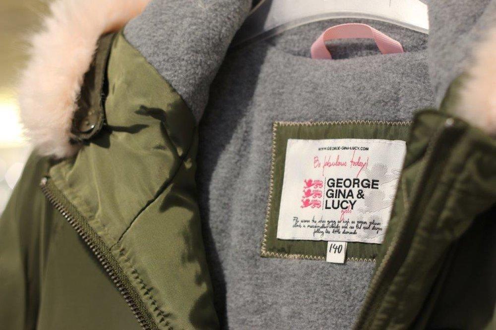 George Gina & Lucy - Mädels aufgepasst: George Gina & Lucy entwirft nicht nur moderne Taschen für Mama, sondern auch eine hochwertige Mädchenmode-Kollektion. Moderne Sweatshirts mit coolen Sprüchen, warme Jacken für den Winter und bequeme Hosen erfüllen höchste Ansprüche. Mit der Modekollektion trifft die Marke den Geschmack selbstbewusster Mädchen. Die aktuelle Kollektion finden Sie bei uns, in Ihrem Modehaus Henken.