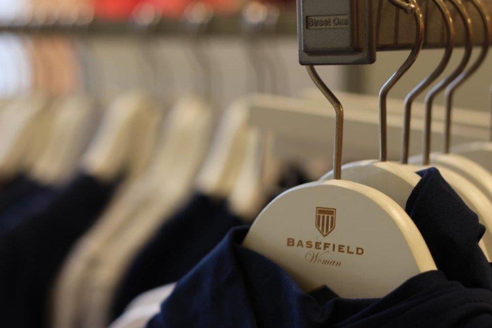 Basefield Women - Basefield bietet für Damen eine günstige Mode in hervorragender Qualität an. Durch die große Vielfalt der Mode wird hier fast jede Frau fündig: Basefields Kollektionen beinhalten Basics wie weiße Blusen und schlichte Kleider, aber auch exklusive Trends der jeweiligen Saison. So können Sie schlichte Kostüme für den Bürojob kaufen, schicke Strickmode entdecken und legere Shirts für den Alltag shoppen. Dabei gilt: Schick ist, was gefällt! Jeder Geschmack ist verschieden. Basefield Woman schafft es, verschiedenste Geschmäcker zu bedienen und so eine große Auswahl zu schaffen.