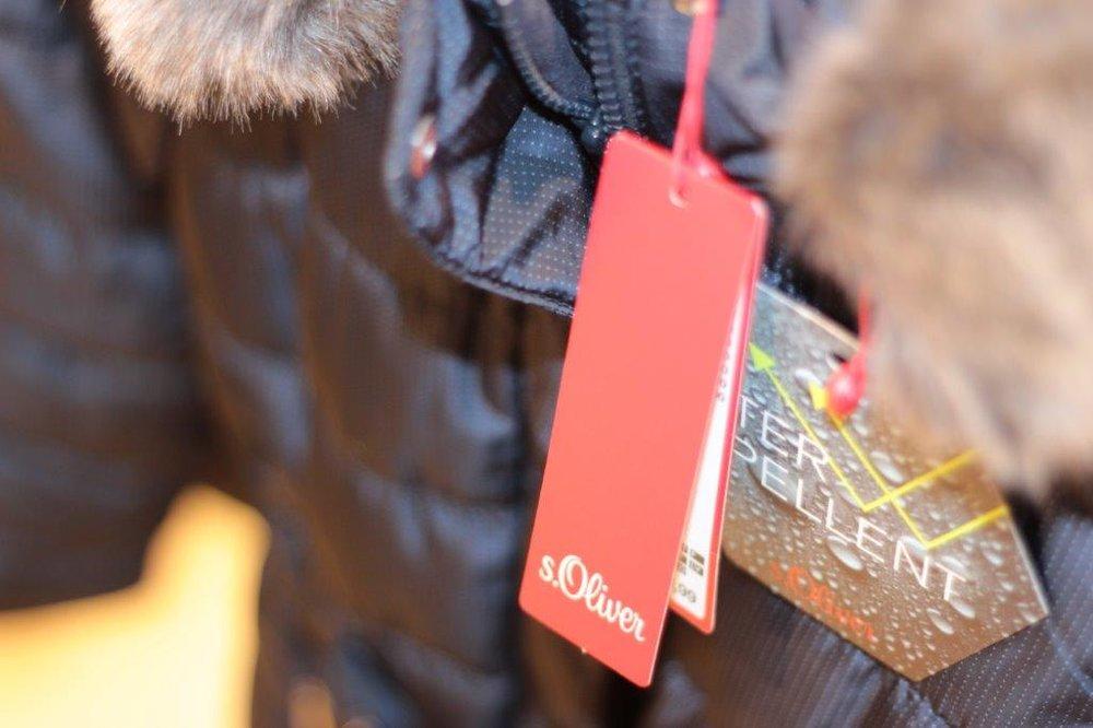 s.Oliver - Modern und vielfältig sind die Kollektionen von s.Oliver. Aktuelle Modetrends spiegeln sich stets in ihrem Angebot wider: Angesagte Schnitte, Stoffe und Design-Elemente wie Spitze sowie die jeweils modernen Trendfarben gehören fest zum Angebot. Ergänzt werden sie durch zeitlose Klassiker, wie Black and White Mode und schlichte Sweatshirts. Das macht s.Oliver zu einer so beliebten Kleidungsmarke. Stöbern Sie in dem Sortiment, probieren Sie einige Teile an und werden auch Sie Fan der Mode!