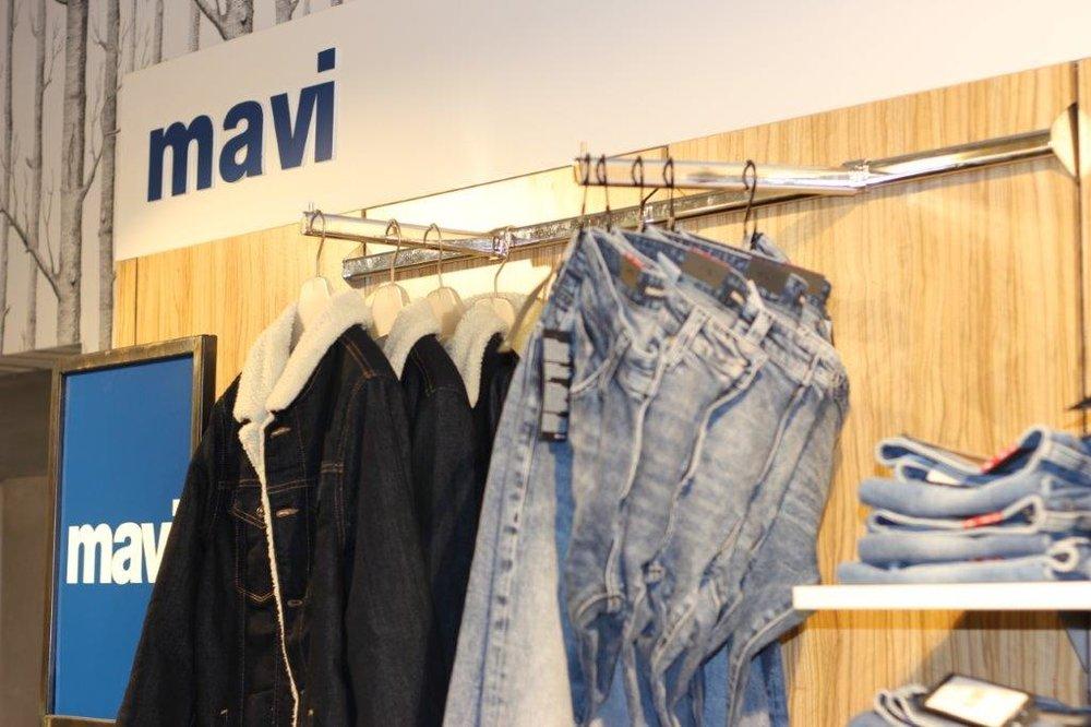 """Mavi Jeans - Mavi ist Türkisch und bedeutet """"blau"""" – denn Mavi ist spezialisiert auf die perfekte Jeans und Jeansmode. Die abwechslungsreiche Männerkollektion führt Jeans von hoher Qualität mit perfekter Passform. Die junge Mode bietet viele verschiedene Designs in verschiedenen Schnitten und Blautönen. Die lässig-bequeme Urban Fashion ist für junge Männer ein absolutes Muss!"""
