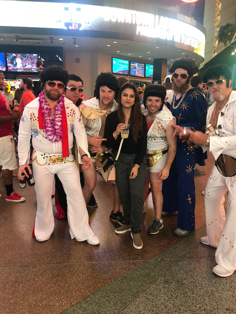Me encontré a un montón de muchachos vestidos de Elvis!