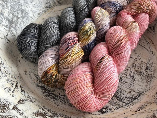 The neutral 'Mauvelous' yarn Kit 😍 available to pre-order in my shop 👌🏻 @knitgraffiti #ayafibers #mauvelousshawl