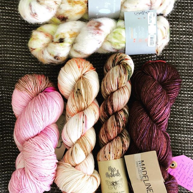 Today I finally found a color combo I really like for @westknits MKAL starting tomorrow 🙈 using all stash yarn 💖 who is also excited?? All skeins are wound up 👌🏻 #westknits #westknitsmkal2018 #missmothballs #ayafibers #madtosh #qingfibre |Werbung da Markennennung|